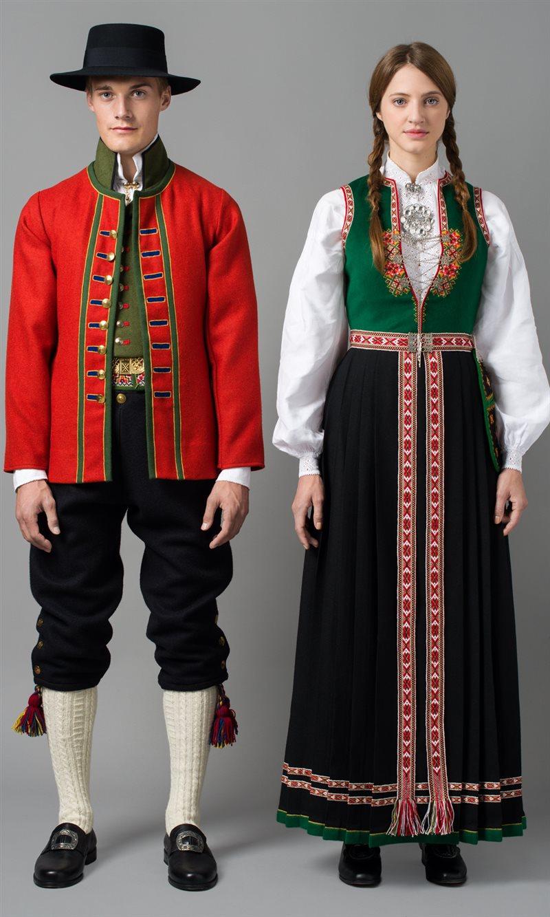 Brodert trøye, rød vest og nikkers Sunnfjordbunaden